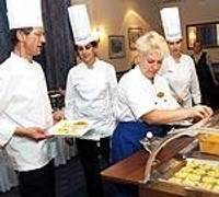 Предлагают изысканную французскую кухню