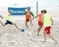 Выявляются лидеры пляжного футбола