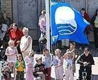Пляж приветствует синий флаг
