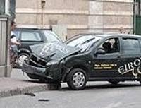 Микроавтобус с пассажирами ударился о стену