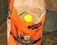 Прятала самогон в мешке с собачьим кормом