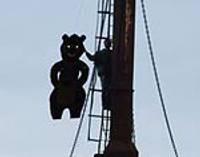 Медведь на морском знаке