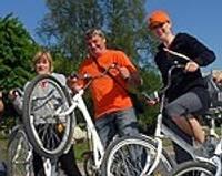 Сами проверяют маршрут и велосипеды