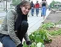 Во время практики озеленяют окрестность училища