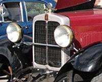 Старинные автомобили на променаде