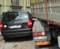 Грузовая автомашина на повороте задела мини-вэн
