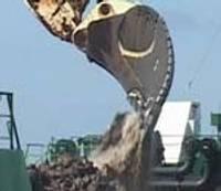 Исполин «Пиноккио» вычерпывает путь в Лиепайский порт