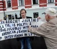 Дополнено – Протестуют против вмешательства США во внутренние дела Латвии