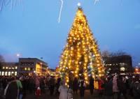 Зажжение новогодней елки и шествие масок