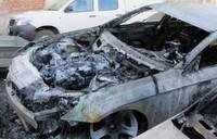 Во дворе сгорели машины; возможен поджог