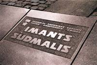 Обещают установить обратно памятник Иманту Судмалису