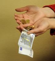 Пенсионеры надеются на прибавку в размере 7-12 латов