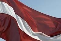 Пьяная компания сорвала и уничтожила государственный флаг Латвии