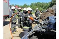 Пожарные разрезают остов автомобиля