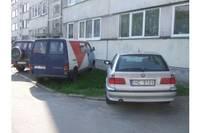 Из-за нехватки стоянок автомашины паркуют на газоне