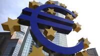 Противники введения евро в Латвии сожгли в Риге флаг ЕС