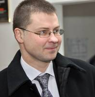 Домбровскис: учителя без зарплат не останутся