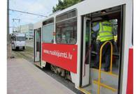 С кирпичом – на трамвай