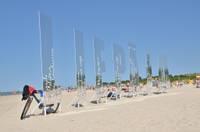 На пляже ветер опрокинул буквы