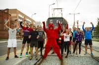 Бегуны соревнуются с трамваем