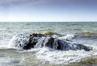 В море перевернулась лодка с рыбаками