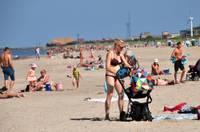 Истосковавшиеся по солнцу заполнили пляж