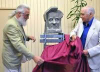 Читателей встречает скульптура Эгона Ливса