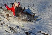 Спешат насладиться зимними радостями