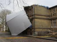 Дополнено – Ветер достиг 28 м/с; сорвал крышу, ломал деревья