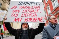 Возле Сейма прошла акция протеста против региональной реформы
