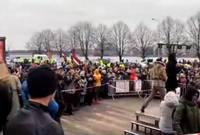 Противники введенных из-за «Covid-19» ограничений собрались без масок и в несанкционированном количестве, полиция фиксирует нарушителей