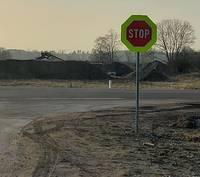 И один в поле воин – на перекрестке Гризупес установили знак «Стоп»