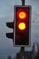 На перекрестке улиц Тиргус и Бривибас едет на красный и вызывает аварию