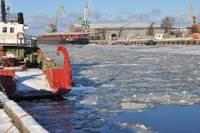 После двухлетней паузы в Лиепайском порту снова ломают лед