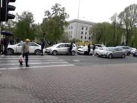 На улице Лиела  – «паровозик» из трех машин