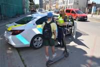 Полицейские присматривают за водителями электросамокатов. Многие не знают правил