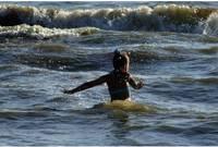 Из-за больших волн в Лиепае запрещено купаться на пляже