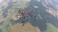 Самые опытные латвийские парашютисты готовятся к рекорду в небе над Лиепаей