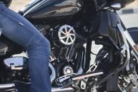 После аварии мотоциклист врезался в защитные барьеры