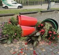 От рук вандалов пострадали цветочные горшки возле Лебединого пруда