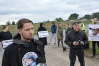 Защитники животных собрались на акцию сочувствия возле предприятия «Курземес гальсаймниекс»