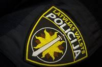 Лиепайский полицейский оплатил ночлег пострадавшей во время семейного конфликта женщине