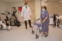 «Бабушка еще и бал посетит!» В Лиепайской больнице проведена первая в Балтии операция нового вида